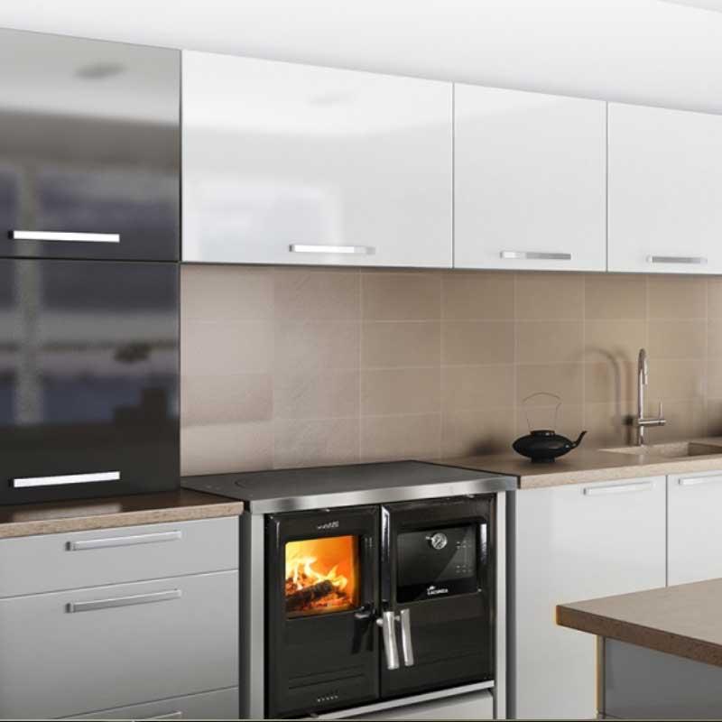 Cocina de leña en cocina moderna en Ourense